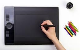 Vrouwelijke Hand die Grafische Tablet gebruiken creativiteit Royalty-vrije Stock Fotografie