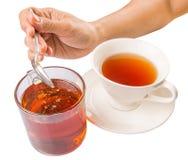 Vrouwelijke Hand die Honey With Tea VI mengen Stock Afbeelding
