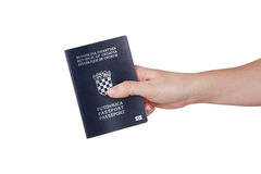 Vrouwelijke hand die Kroatisch paspoort houden Stock Fotografie