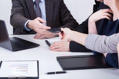 Vrouwelijke hand die managertelefoon geven stock foto's