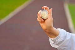 Vrouwelijke hand die mechanische chronometerclose-up houden stock afbeeldingen