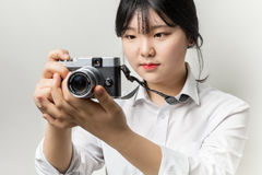 Vrouwelijke hand die moderne camera mirrorless camera houden Royalty-vrije Stock Afbeelding