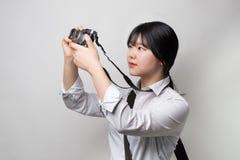 Vrouwelijke hand die moderne camera mirrorless camera houden Camera ter beschikking Stock Afbeelding