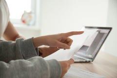 Vrouwelijke hand die op document die aandacht besteden aan belangrijk t richten royalty-vrije stock fotografie