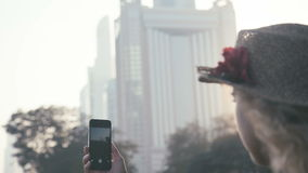 Vrouwelijke hand die op het aanrakingsscherm en een merkbeeld duwen van een wolkenkrabber stock video