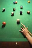 Vrouwelijke hand die poolbal voorbereidingen treft te raken. stock afbeelding