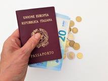 Vrouwelijke hand die twee Italiaanse paspoorten houden royalty-vrije stock foto
