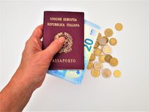 Vrouwelijke hand die twee Italiaanse paspoorten houden royalty-vrije stock foto's