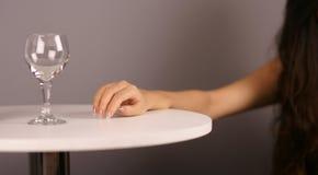 Vrouwelijke hand en drinkbeker Stock Foto's