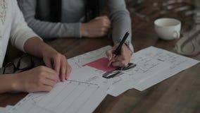 Vrouwelijke hand geschreven berekeningen op papier stock video