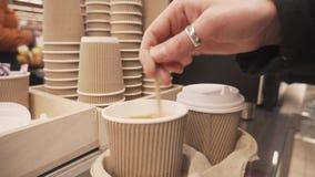 Vrouwelijke hand het bewegen suiker in een kop van koffie stock footage