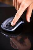 Vrouwelijke hand het klikken muis Royalty-vrije Stock Fotografie