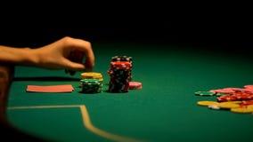 Vrouwelijke hand het spelen pook, het gokken verslaving, beginner in casino, fortuin royalty-vrije stock afbeeldingen