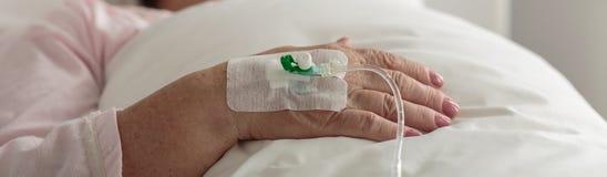Vrouwelijke hand met aderlijke catheter stock foto's