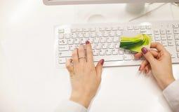 Vrouwelijke hand met een lege kaart Stock Afbeeldingen