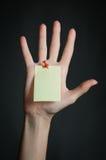 Vrouwelijke hand met lege nota Stock Afbeelding