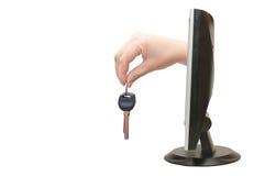 Vrouwelijke hand met sleutels van de monitor Royalty-vrije Stock Fotografie