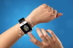 Vrouwelijke hand met smartwatch en app pictogrammen Royalty-vrije Stock Foto's