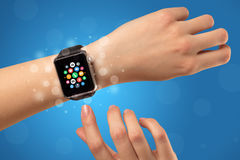 Vrouwelijke hand met smartwatch en app pictogrammen Stock Foto