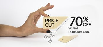 Vrouwelijke hand met zwarte spijkers, houdend schaar en knipsel een prijskaartje Royalty-vrije Stock Afbeeldingen
