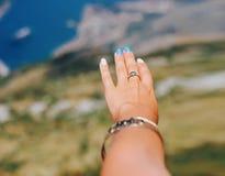 Vrouwelijke hand op baai de achtergrond van Kotor stock foto's