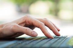 Vrouwelijke hand op het toetsenbord Royalty-vrije Stock Foto