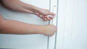 Vrouwelijke hand open deuren stock footage