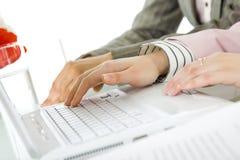 Vrouwelijke handen bedrijfslaptop Stock Foto's