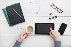 Vrouwelijke handen die aan digitale tablet werken Bureaudesktop op witte achtergrond royalty-vrije stock foto