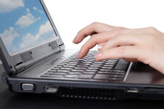 Handen die aan laptop werken Royalty-vrije Stock Foto
