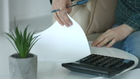 Vrouwelijke handen die berekeningen op calculator maken stock footage