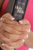 Vrouwelijke handen die bijbel houden stock foto