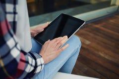 Vrouwelijke handen die de tabletpc van het aanrakingsscherm met het blancscherm houden Stock Foto