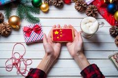 Vrouwelijke handen die een koekje houden stock foto's