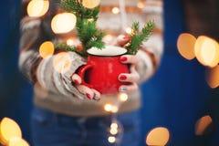 Vrouwelijke Handen die een Kop houden Nieuwjaar of Kerstkaart Stock Foto's