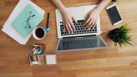 Vrouwelijke handen die gebruikend laptop computer in bureau die op het werk communiceren typen stock video