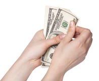 Vrouwelijke handen die geld tellen Stock Afbeeldingen
