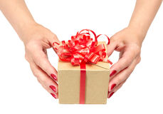 Vrouwelijke handen die giftdoos houden Stock Foto's
