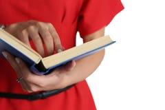 Vrouwelijke handen die handboekclose-up houden Stock Afbeelding