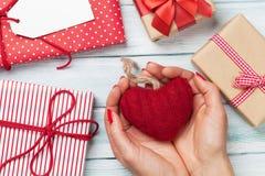 Vrouwelijke handen die het hart van de Valentijnskaartendag houden Stock Foto's