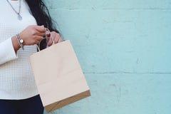 Vrouwelijke handen die het winkelen zak in openlucht houden royalty-vrije stock afbeelding