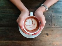 Vrouwelijke handen die kop van chocolade op houten achtergrond houden Hoogste mening Royalty-vrije Stock Foto's