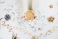 Vrouwelijke handen die kop van koffie houden Royalty-vrije Stock Afbeelding