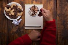 Vrouwelijke handen die koppen van koffie op rustieke houten lijst houden backg Stock Fotografie