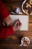 Vrouwelijke handen die koppen van koffie op rustieke houten lijst houden backg Royalty-vrije Stock Fotografie