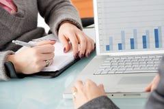 Vrouwelijke handen die laptop met behulp van Stock Foto