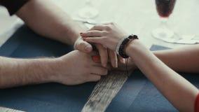 Vrouwelijke handen die man handen strijken stock video