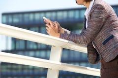Vrouwelijke handen die mobiele telefoon met behulp van royalty-vrije stock afbeeldingen