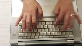 Vrouwelijke handen die op een computertoetsenbord typen stock footage