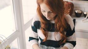 Vrouwelijke handen die op een laptop toetsenbord typen stock footage